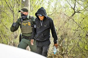 前美CBP局長:三月非法越境者激增至十五萬