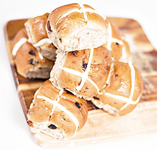 熱十字麵包是一種甜麵包,內裏嵌入許多葡萄乾和香料。