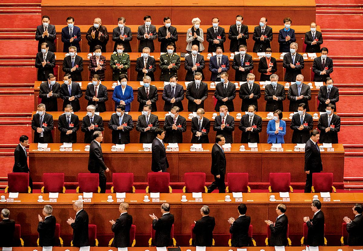 3月8日,中共政治局常委跟隨習近平進入中共人大會議的會場。(Kevin Frayer/Getty Images)