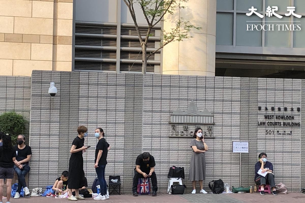 4月1日早上7時半,數十名市民在西九龍法院外排隊等候旁聽818集會案裁決。(張曉慧/大紀元)