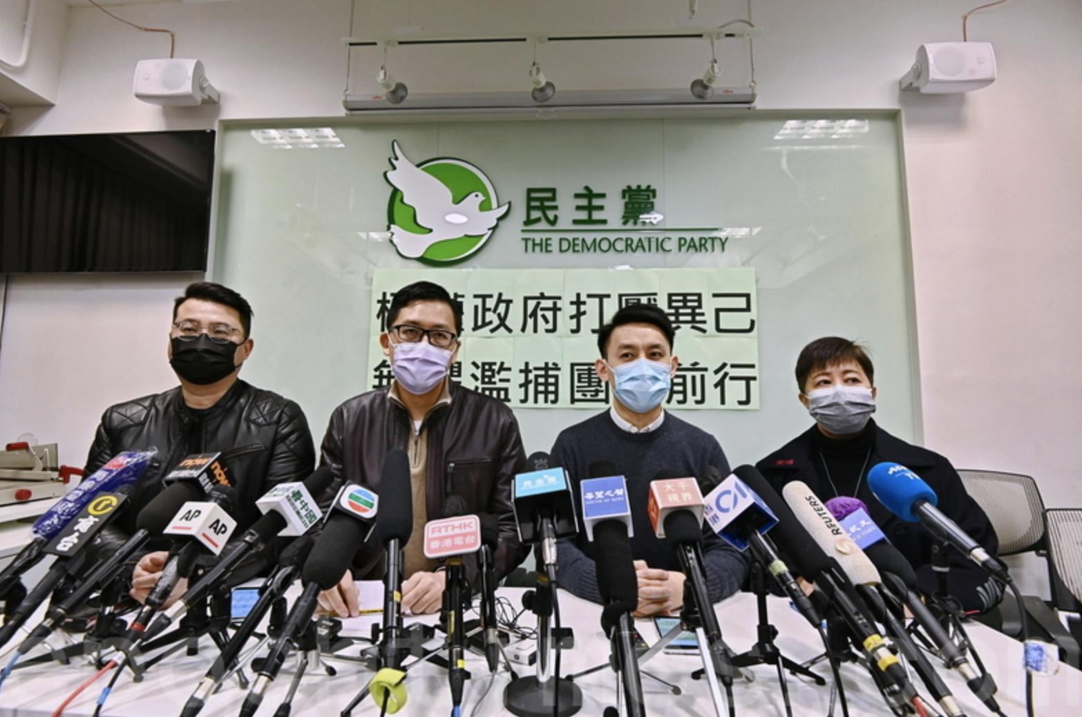 去年5月22日民主黨數十名成員前往中聯辦抗議「港版國安法」,最終16名成員被票控違反8人限聚令。(宋碧龍/大紀元)