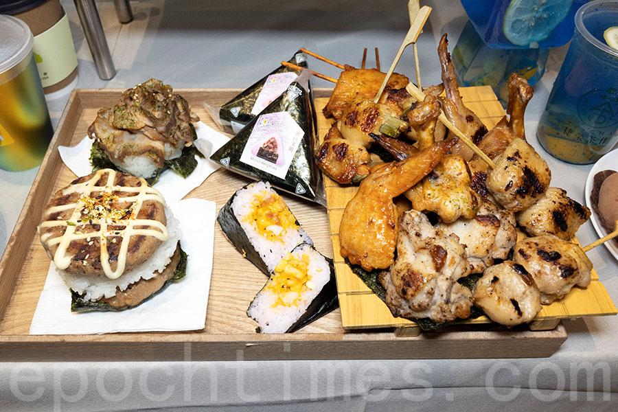 豐富雞肉串燒、飯糰和日式漢堡。(陳仲明/大紀元)