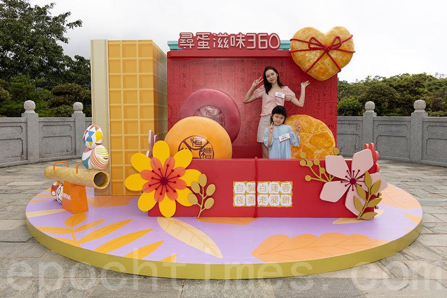 昂坪市集圓形廣場設有放大版恆香經典老婆餅盒。(陳仲明/大紀元)