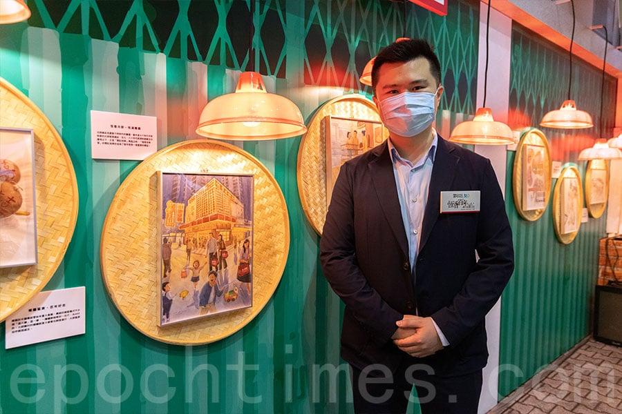 在「恆香畫廊」的多幅畫作中,恆香老餅家行政總裁王偉樑特別欣賞一幅描繪恆香餅家店舖昔日面貌的畫作。(陳仲明/大紀元)