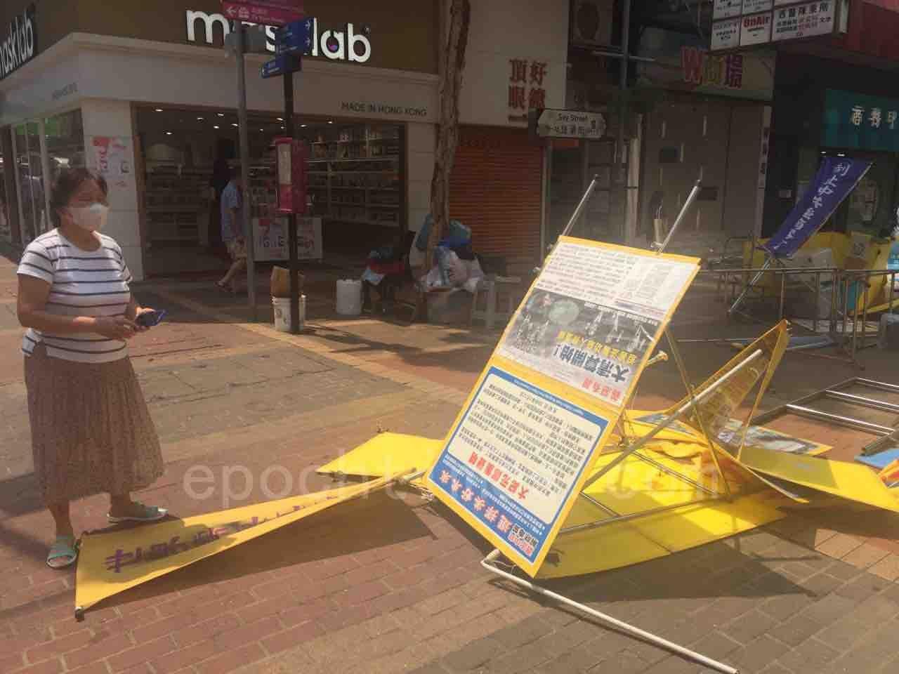 有路過的香港市民將三人的行兇過程用手機拍攝下來,並大聲喝止其暴行,兇徒隨後倉皇逃離現場。(英格/大紀元)