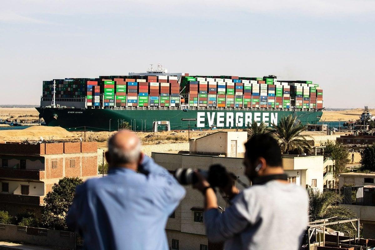 長榮海運超大型貨櫃輪「長賜」號(Ever Given,長賜輪)2021年3月23日北向通往蘇伊士運河時,發生擱淺事故,於3月29日脫淺。(Photo by -AFP via Getty Images)