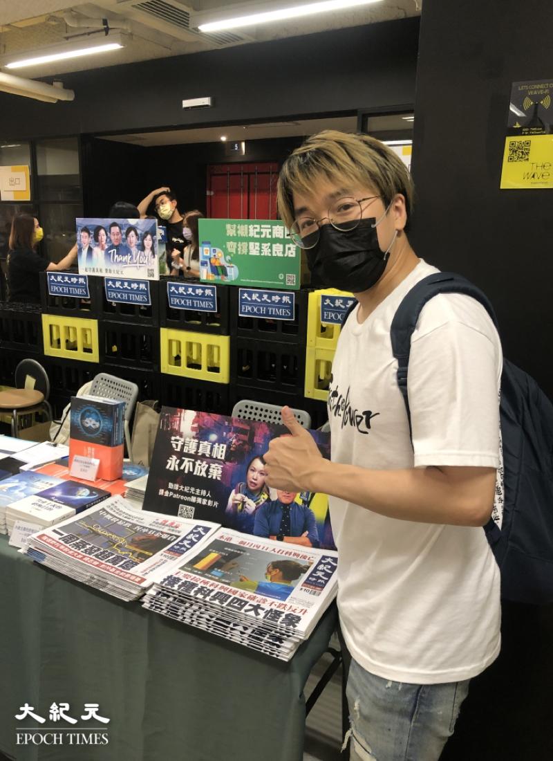 著名網絡創作歌手晴天林是市集的演唱嘉賓。(謝恩慈/大紀元)