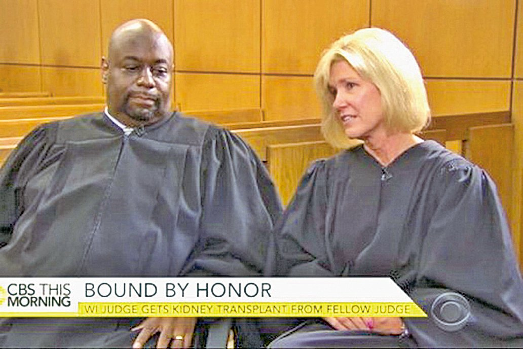 美國威斯康辛州法官莫斯利(圖左)和他的救命恩人法官愛琳。(CBS新聞視頻截圖)