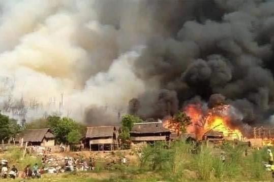 其中泰國邊境緬方一側克倫族村莊被燒燬(受訪者提供)
