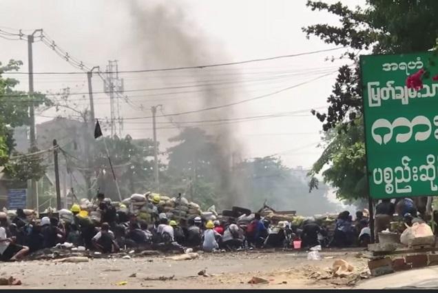 仰光民眾開展垃圾抗議,用生活垃圾將仰光軍區所在地的道路堵住(受訪者提供)