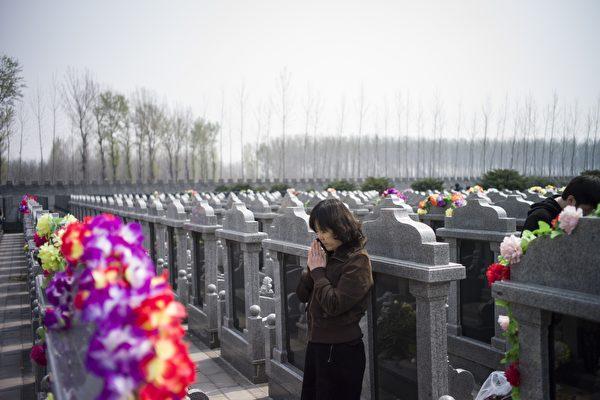 每年清明時節是殯葬行業備受關注的時段。近日,大陸的社交媒體網絡上:「死不起」、「葬不起」、「殯葬暴利」等又上了熱搜。(FRED DUFOUR AFP / Getty Images)