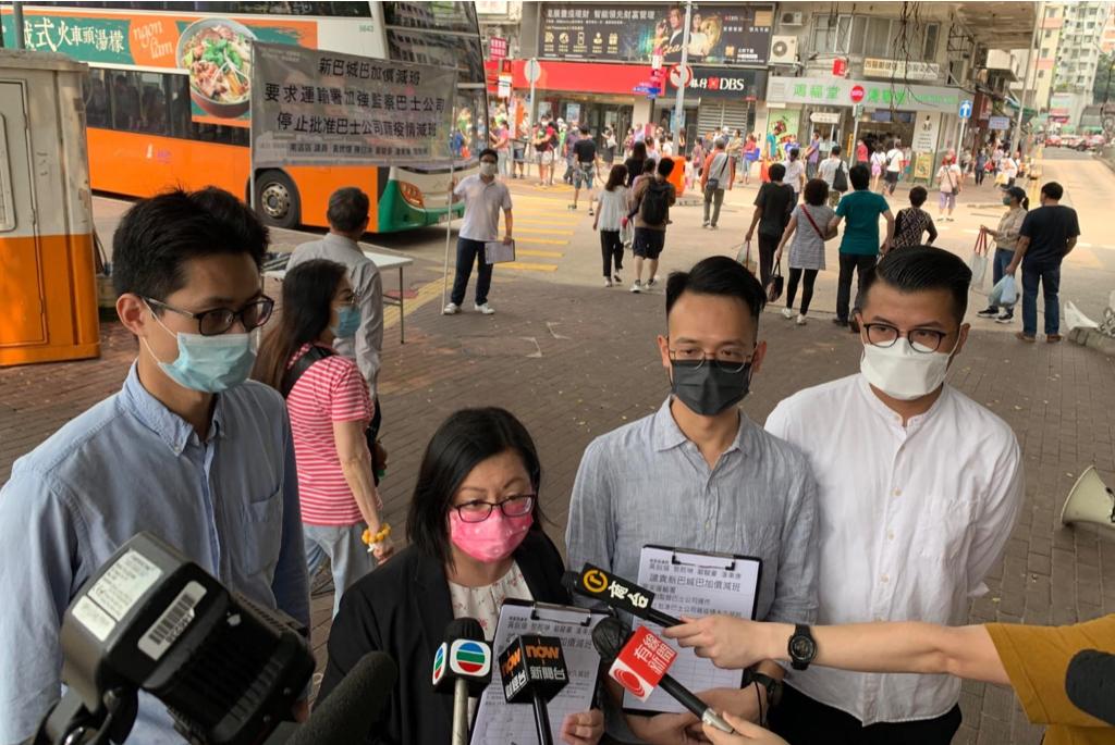 民主派多名南區區議員今(4日)發起聯署行動,在街頭收集市民簽名,反對巴士加價同時減班。(民主黨提供)