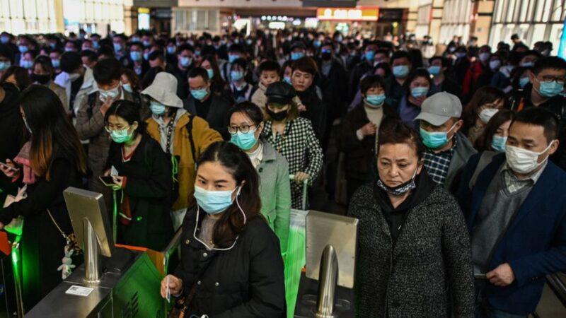 上海政府宣佈,自4月1日起,凡來滬停留超過24小時的人員必須登記,北京也加強進京人員的管控。(HECTOR RETAMAL/AFP )