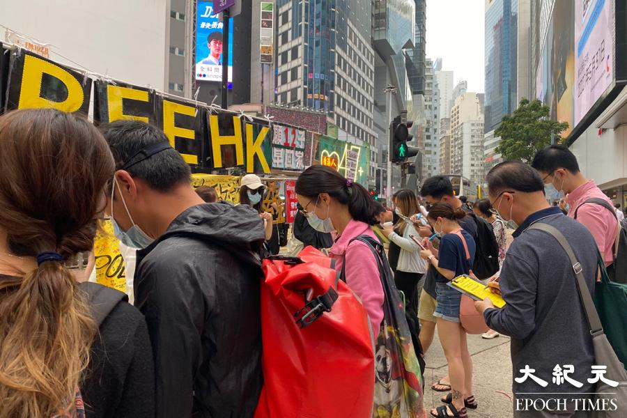 不斷有市民駐足街站前,填寫聲援在囚政治犯的心意卡,亦有市民即席給在囚手足寫慰問信。(宵龍/大紀元)