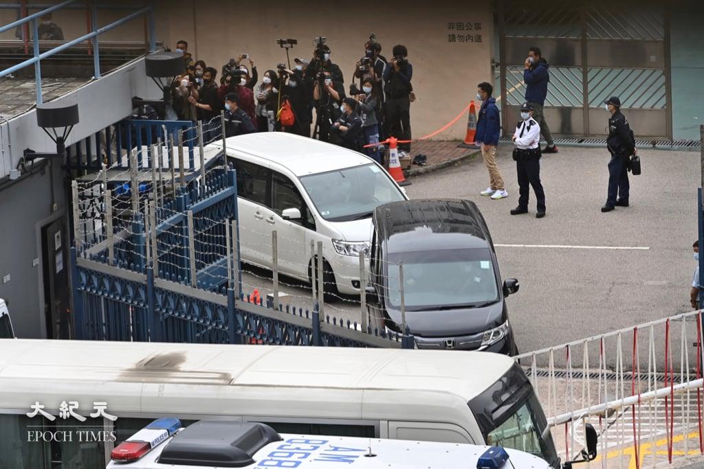 12港人案中的5人今日在沙田裁判法院提堂露面,亦是家屬首次與親人見面,有家屬在庭上落淚,黃偉然家屬則表示再見到黃偉然感開心。資料圖片。3月22日12港人其中8人今由大陸移交香港警方,送入天水圍警署。(宋碧龍/大紀元)