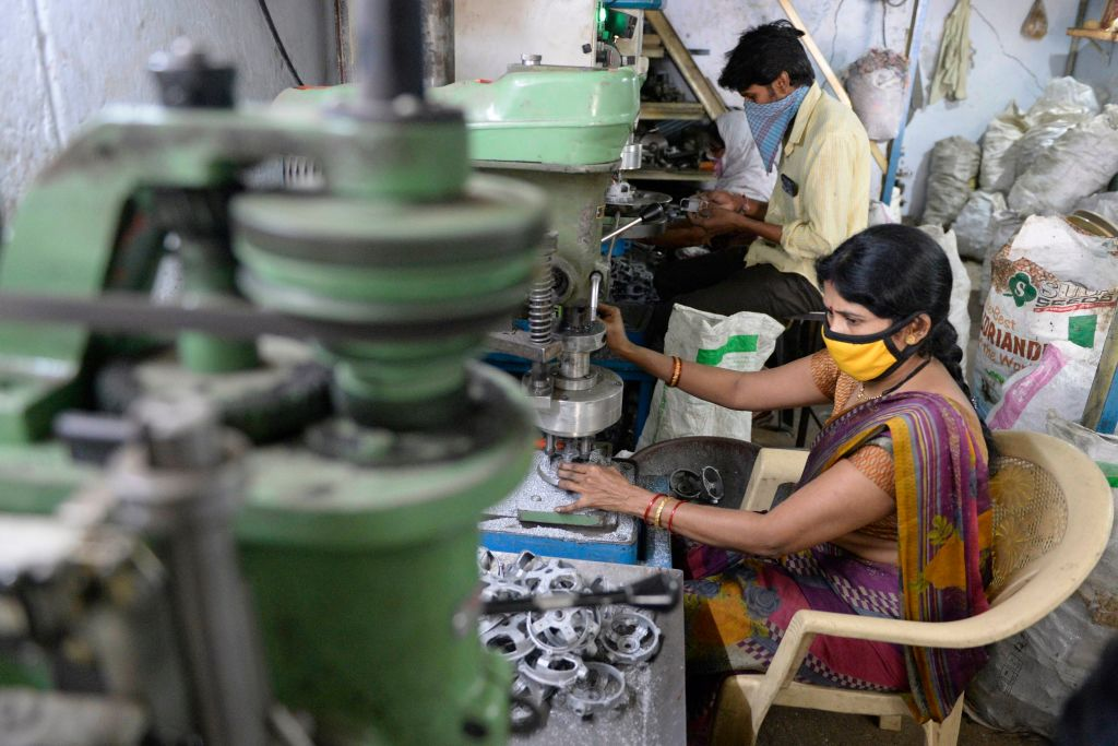 IHS Markit昨(4月5日)公佈3月份印度製造業PMI為55.4,反映製造業商業活動正在擴張。(NOAH SEELAM/AFP via Getty Images)