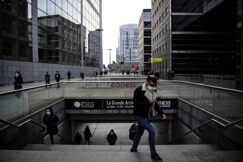 歐洲統計局昨(4月6日)公佈2月份歐元區失業率錄得8.3%,高於市場預期。(CHRISTOPHE ARCHAMBAULT/AFP via Getty Images)