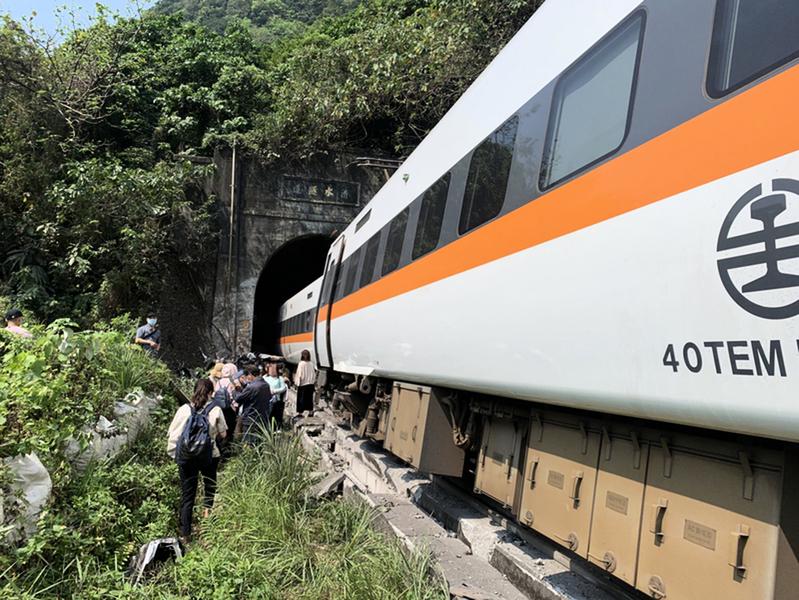 台鐵太魯閣號花蓮撞擊出軌 五十人死亡
