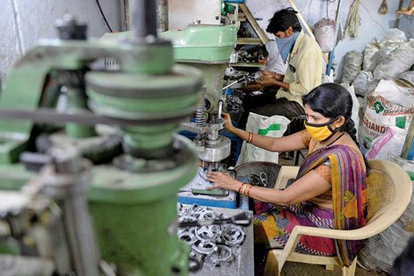 IHS Markit,4月5日公佈3月份印度製造業PMI為55.4,反映製造業商業活動正在擴張。(NOAH SEELAM/AFP via Getty Images)