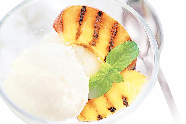 碳烤桃子配上冰淇淋是夏季最佳甜點。