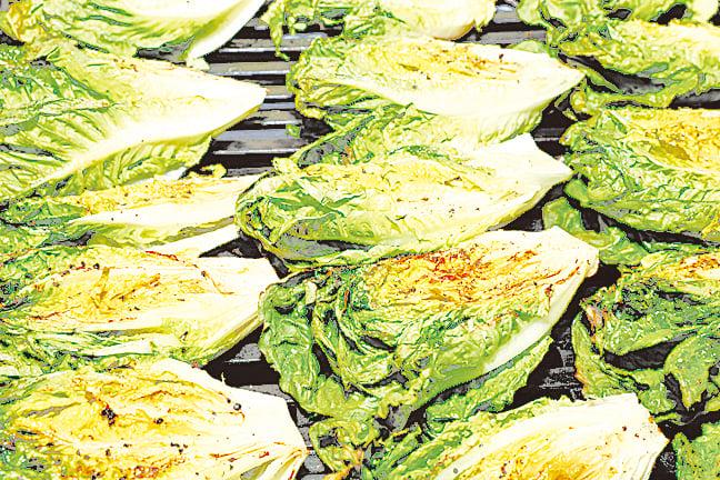 將蘿蔓切開燒烤再淋上油醋醬,能品嚐到特別的口感。