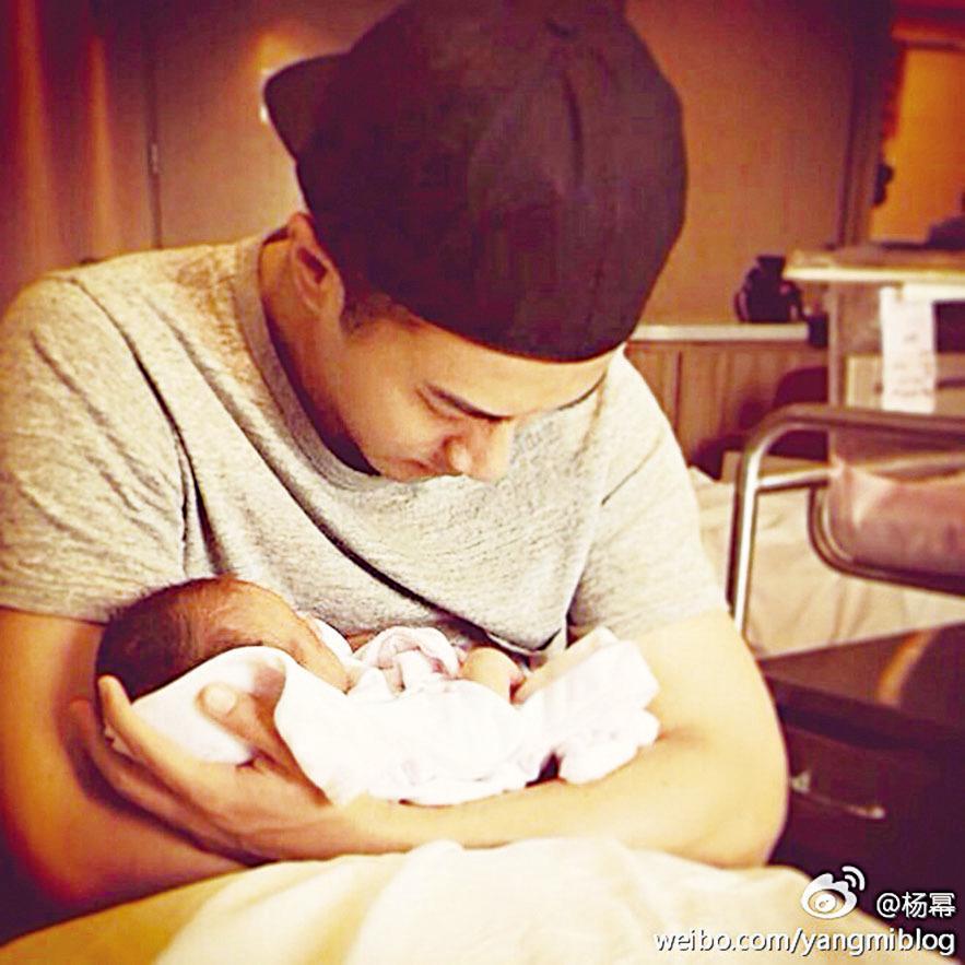 楊冪曬出劉愷威在產房懷抱愛女「小糯米」的照片,並祝福新爸:「第一個父親節快樂。」(楊冪微博)