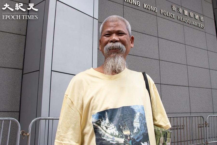 今年初因侮辱國旗罪,第10次入獄的74歲社運人士古思堯,4月7日刑滿出獄。圖為古思堯因涉嫌違反國旗及區旗法,2019年4月8日到灣仔警察總部被預約拘捕。(蔡雯文/大紀元)