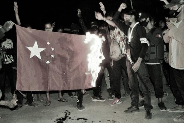6日晚間9點,民眾在緬甸卡萊,燒毀五星血旗。(受訪者提供)
