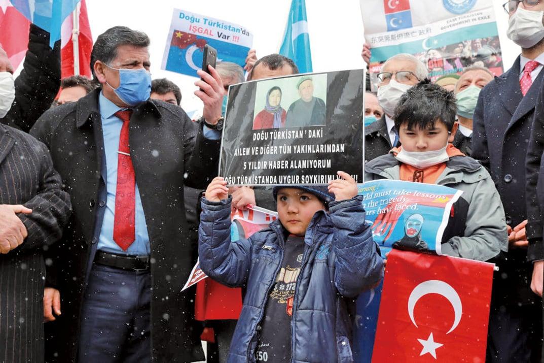3月,中共外交部長王毅出訪土耳其;數百名旅居土耳其的維吾爾人在伊斯坦堡舉行集會,抗議中共打壓維吾爾人。(ADEM ALTAN/AFP via Getty Images)