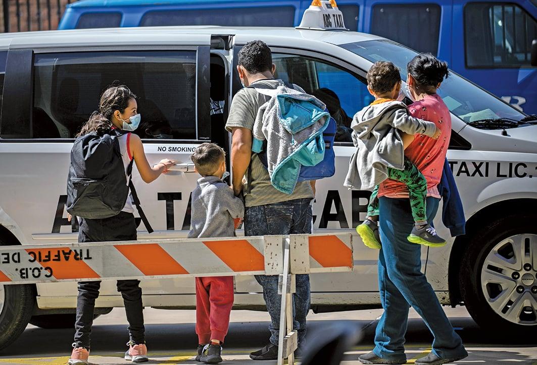 2021年2月24日,在德薩斯州布朗斯維爾,一個尋求庇護的家庭在被美國移民當局釋放後,乘坐的士前往機場,繼續在美國境內旅行。(John Moore/Getty Images)