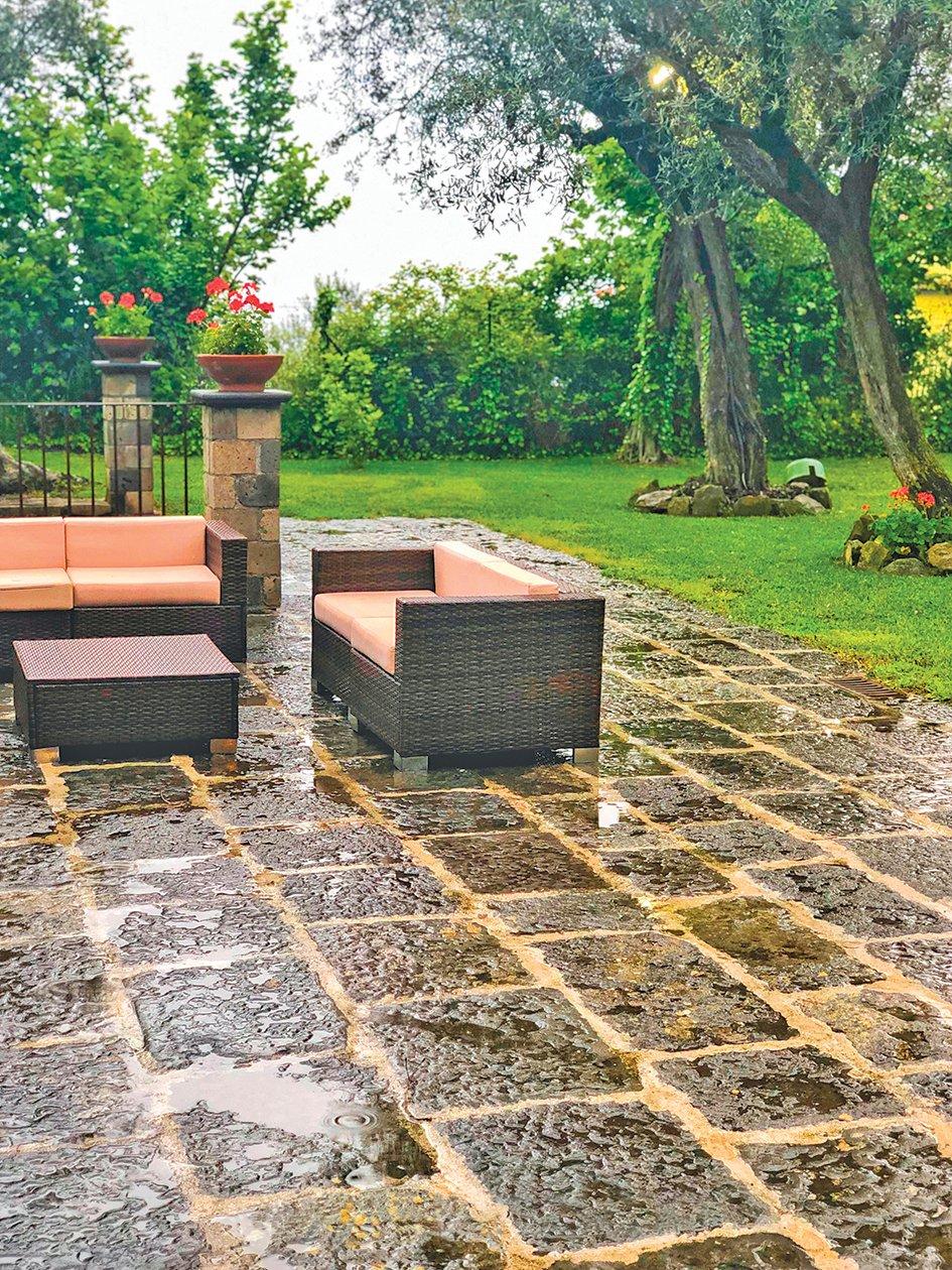 雨中維蘇威別墅庭院。