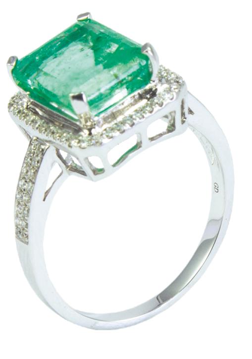 一枚方形祖母綠白金戒指