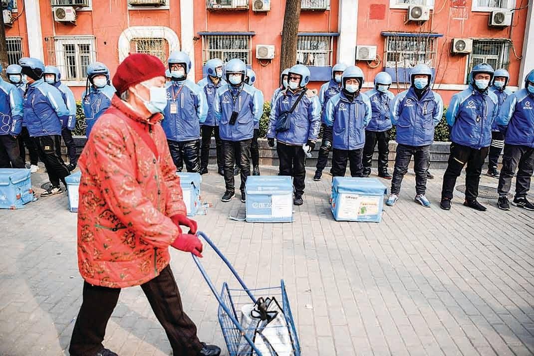 外賣騎手成為中國大陸年輕人更願意從事的工作。圖為3月8日,北京「餓了麼」的外賣騎手列隊準備展開新一天的工作。(AFP)