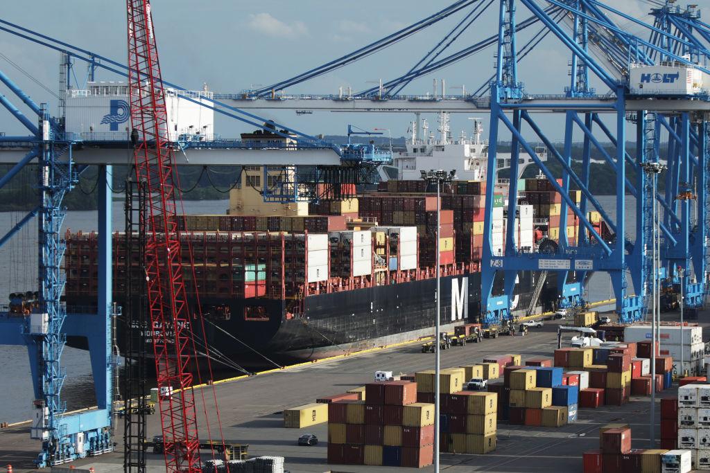 美國昨(4月7日)公佈2月出口按月下跌2.6%至1,873億美元,貿易逆差711億美元。(DOMINICK REUTER/AFP via Getty Images)