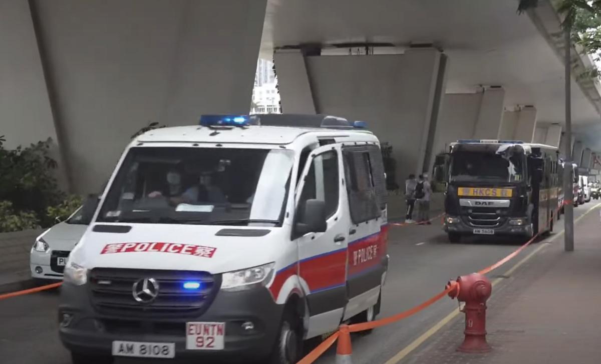 警方派出大量警車及警員電單車押送李宇軒,如臨大敵。(霄龍/大紀元)
