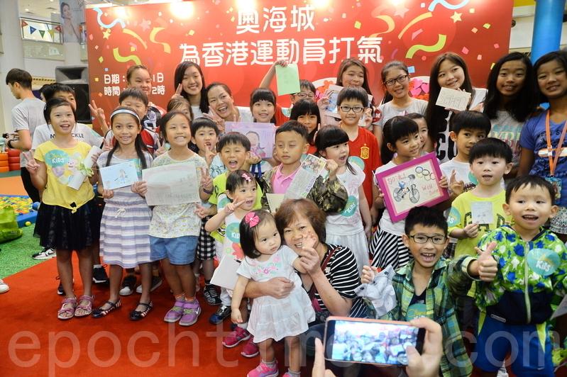 今次在比賽中受傷的李慧詩收到最多小朋友的打氣祝福,令她很感動。(宋祥龍/大紀元)