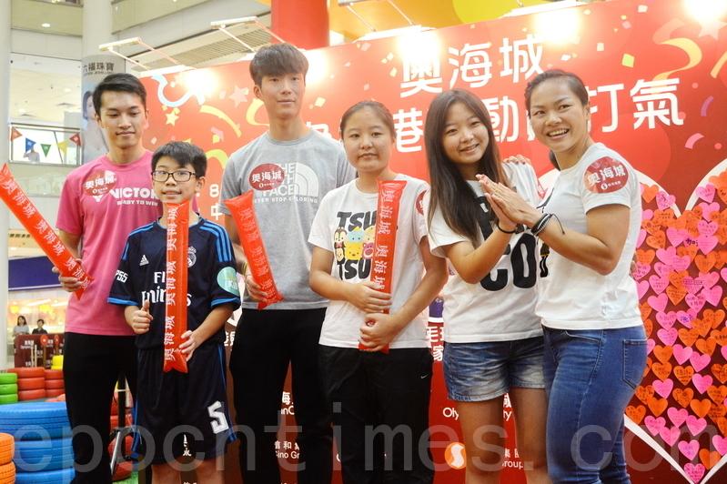 香港奧運選手李慧詩、張家朗及伍家朗里約奧運回港後,昨日首次出席商場會見市民活動,獲近百名市民打氣。(宋祥龍/大紀元)