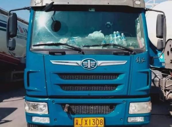 金某走了,至今他的卡車仍停在唐山市豐潤區超限檢查站。(網頁截圖)