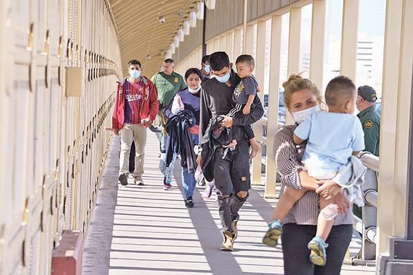 男孩邊境哭訴影片瘋傳 拜登邊境政策備受壓力