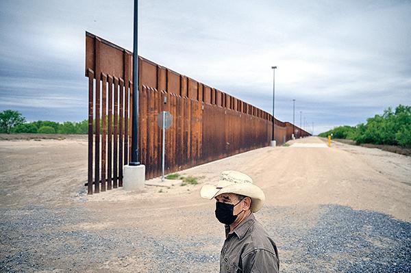 美墨邊境一段尚未完成的隔離牆。(Getty Images)