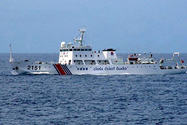 今年以來,日本開始對中共的態度轉為強硬,專家分析背後深層原因。圖為日本海上保安廳公佈的中共一艘海警船於2013年8月13日駛近釣魚台。(JAPAN COAST GUARD/ AFP)