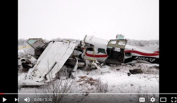 美國兩架小型飛機於8月31日早上在阿拉斯加州西部上空相撞墜地,兩機上5人全部罹難,無人生還。(YouTube截圖)