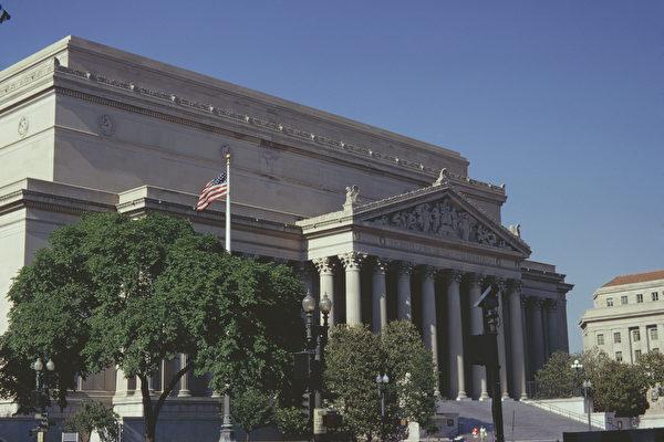 美國國家檔案和記錄管理局將公開前總統特朗普過去所有的推文,包括被推特公司永久刪除的內容。圖為位於美國華盛頓特區賓夕法尼亞大道上的國家檔案館大樓,它是國家檔案和記錄管理局的原總部。(Harvey Meston/Archive Photos/Getty Images)