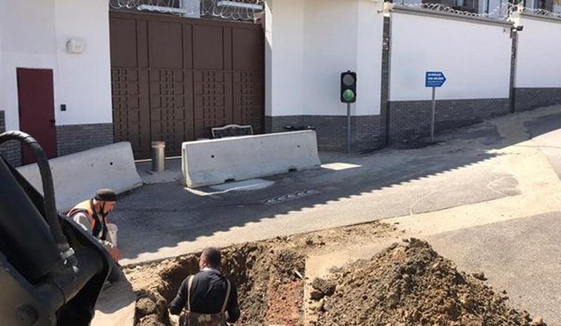 4月7日,安卡拉市政在中共駐土耳其大使館前以「檢查附近居民盜用自來水資源」為名挖大坑。(厄茲托克推特)