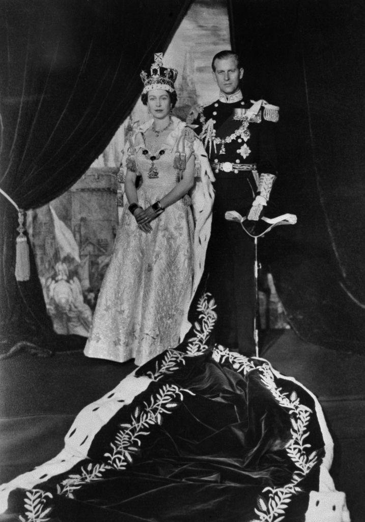 1953年6月2日,英國女王伊利沙伯二世於倫敦西敏寺加冕。隨後,女王與菲臘親王一同返回白金漢宮。(AFP via Getty Images)