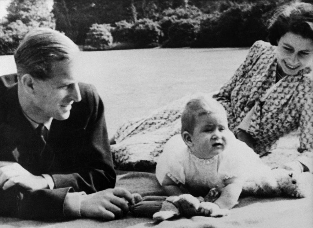 攝於1949年7月20日,英女王、菲臘親王和長子查理斯王子的合照。(INTERCONTINENTALE/AFP via Getty Images)