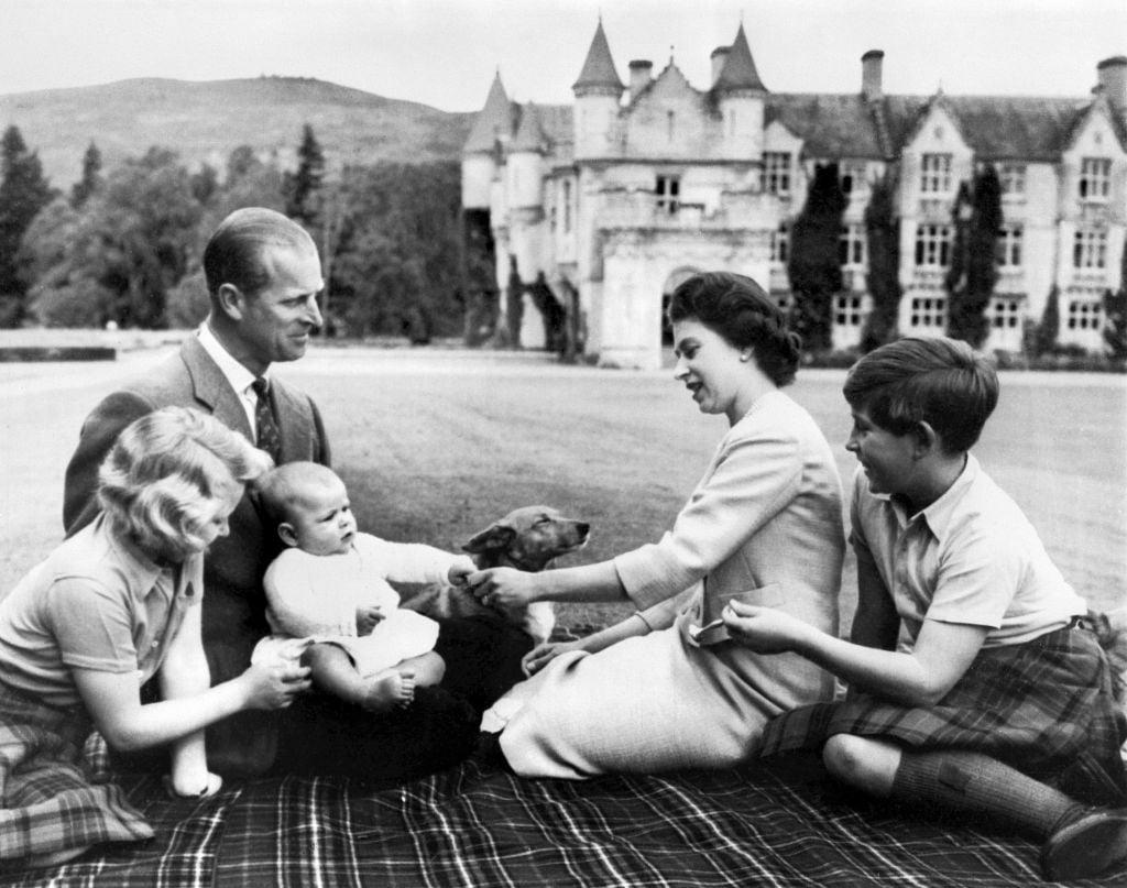攝於1960年9月9日,英女王與菲臘親王婚和他們首3名子女,查理斯王子、安妮公主、安德魯王子在英國王室夏宮Balmoral Castle避暑時的家庭照。(AFP via Getty Images)