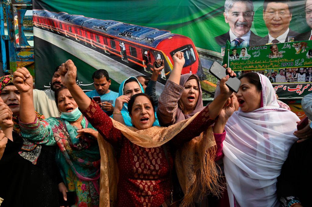圖說:2020年10月25日,拉合爾市,在東部新建的「中巴經濟走廊」計劃中的地鐵項目橙色線地鐵正式開放後,巴基斯坦人喊口號抗議。(ARIF ALI/AFP via Getty Images)