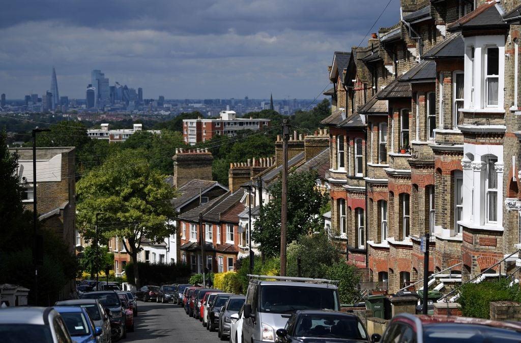 全英房屋貸款協會於較早前公佈3月份英國平均樓價為23.2萬英鎊,按年上升5.7%。根據NBS公佈的第一季資料,倫敦平均樓價依然是遠遠拋離其它地區,錄得48.3萬英鎊, 高於全英均價一倍以上,倫敦樓價按年增長4.8%。(DANIEL LEAL-OLIVAS/AFP via Getty Images)