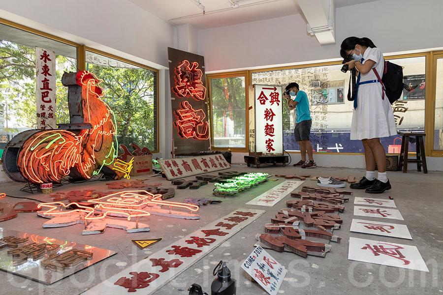 展覽吸引了中學生參觀。(陳仲明/大紀元)
